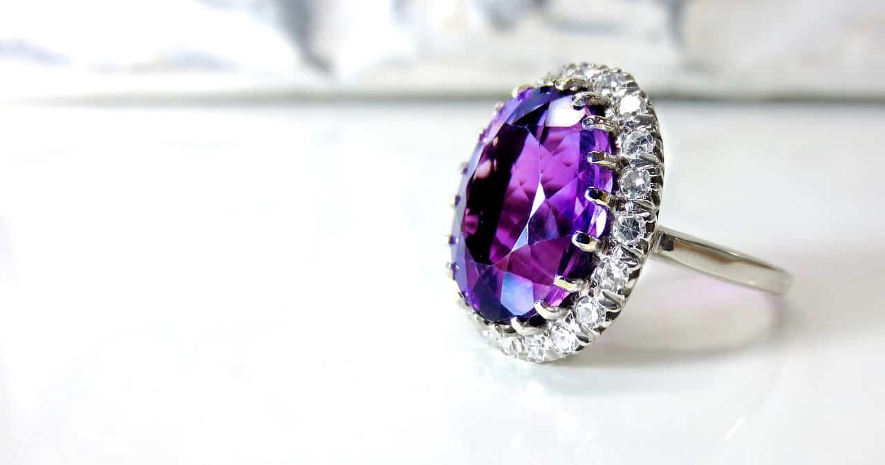 טבעת משובצת יהלום סגול