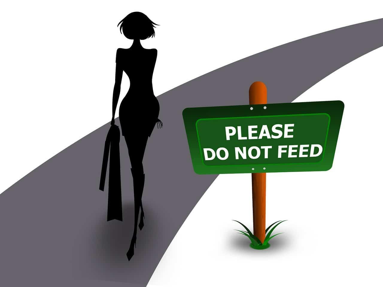 אישה צועדת על מסלול