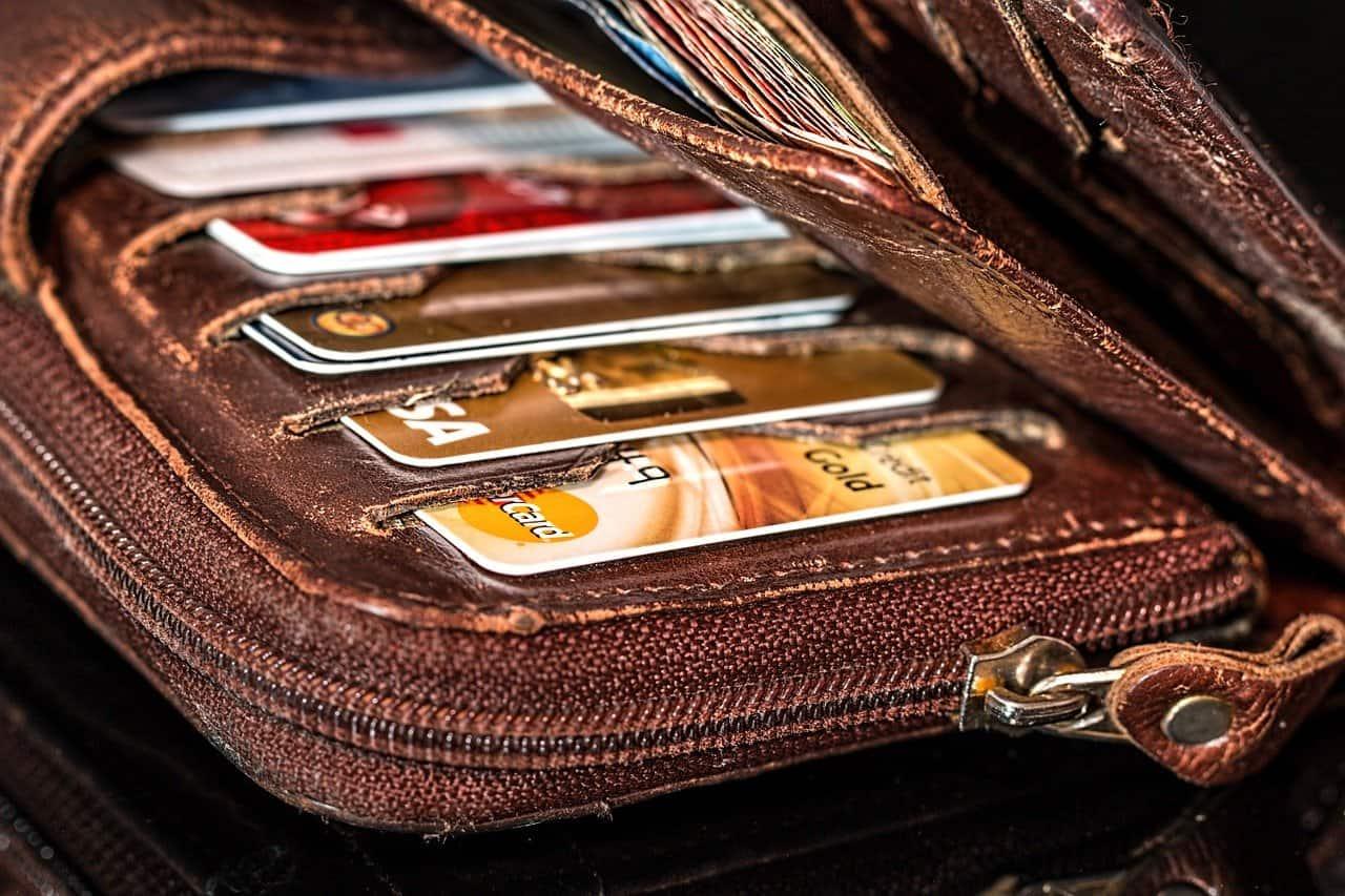 ארנק עם כרטיסי אשראי